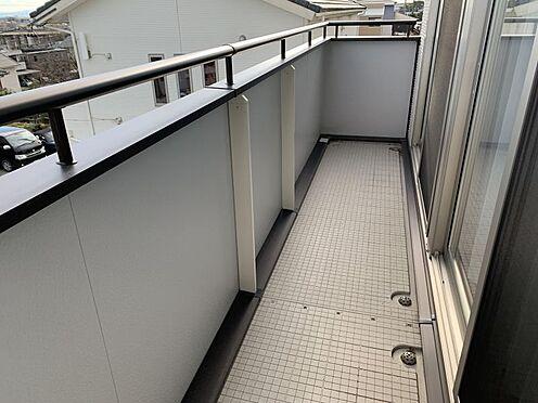戸建賃貸-豊田市鴛鴨町下高根 2部屋から行き来できる続きバルコニーです。洗濯物が多い日でも、一度に干していただけます!