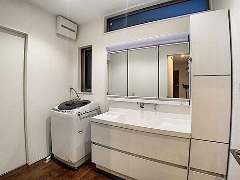 中古一戸建て-名古屋市守山区大森八龍1丁目 広々とした三面鏡で、朝の準備もスムーズです。収納棚もあるのでスッキリ!