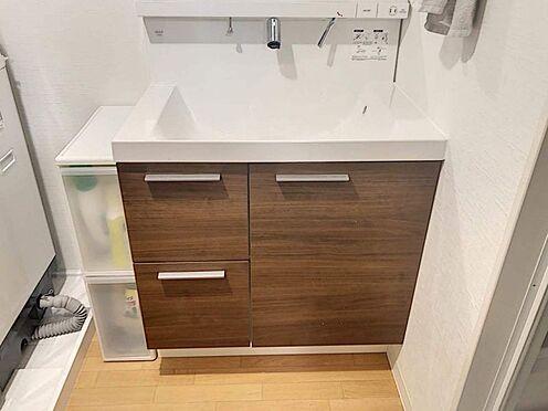 中古マンション-豊田市生駒町大坪 ハイバックカウンターの洗面台!カウンター全面に洗剤を使ったり水洗いすることができますから、洗面台を常に清潔に保つことができます。