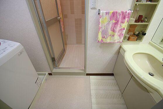 リゾートマンション-熱海市熱海 脱衣場には洗面台と洗濯機置場があります。とても状態良く水廻りはどこも綺麗です。