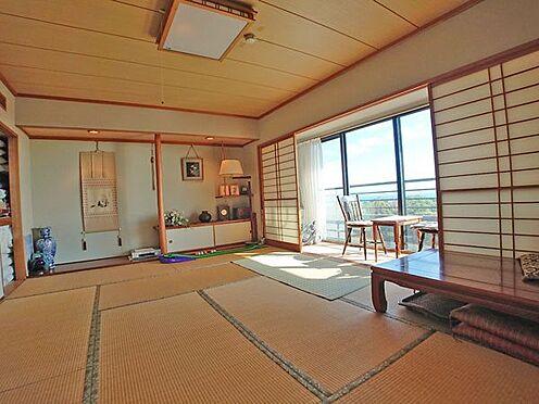 中古マンション-賀茂郡東伊豆町奈良本 リビングダイニングスペースに隣接した和室は約10帖ございます。
