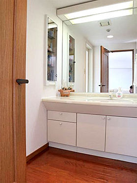 中古マンション-伊東市富戸 ≪洗面・脱衣室≫ 清潔感のある洗面スペース。