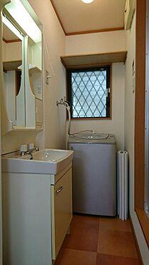 アパート-神戸市灘区大石東町6丁目 小窓付の脱衣所には独立洗面化粧台と洗濯機があります。