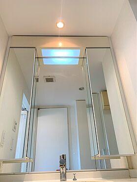 中古マンション-新宿区新宿7丁目 洗面室の鏡は、女性に嬉しい各角度がチェックできるタイプです。