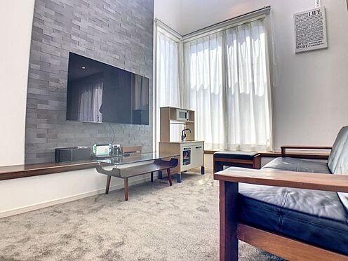 戸建賃貸-蒲郡市大塚町広畑 大型テレビも置ける18帖の広々リビングは、陽当りが良く、部屋いっぱいに明るい陽光が広がります。