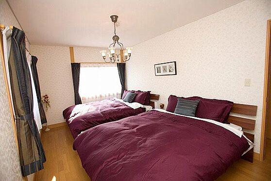 中古一戸建て-北佐久郡軽井沢町大字長倉 7.5帖の洋室はベッド2台を置いてもこのゆとり。