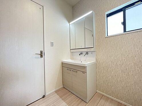 戸建賃貸-西尾市平坂町丸山 水ハネを防止する一体型のカウンター。たっぷりの収納スペースですっきり片付きます。(同仕様)
