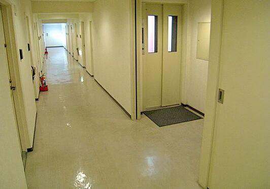 マンション(建物一部)-大阪市淀川区西宮原3丁目 明るさを考慮した白いデザインの廊下。