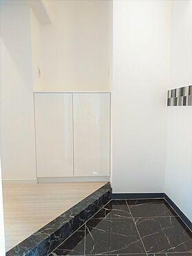 中古マンション-品川区東五反田1丁目 玄関も明るい壁紙とフローリングの中に、シックな黒を差し込み高級感がでています