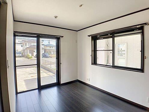 戸建賃貸-一宮市伝法寺3丁目 玄関ホール左側の洋室は収納スペースもあるので便利です。