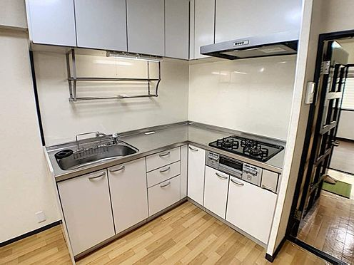 区分マンション-名古屋市中川区五女子1丁目 収納スペース・作業スペースが広いキッチンは奥様にうれしいポイント!