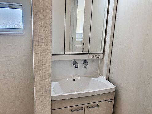 新築一戸建て-知多郡東浦町大字石浜字須賀 水ハネを防止する一体型のカウンター。散らかりがちな洗面台もスッキリと収納できるスペースがあります。
