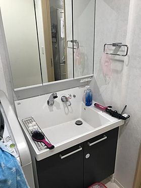 中古一戸建て-豊田市神池町2丁目 三面鏡にもなる洗面台、鏡の後ろに収納もあります。