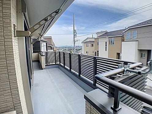 戸建賃貸-半田市亀崎高根町3丁目 バルコニーが広いため二部屋からの出入りが可能です。お洗濯物も沢山干せられます
