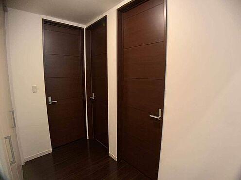 中古一戸建て-名古屋市北区八代町1丁目 温かみのあるブラウン系のドア