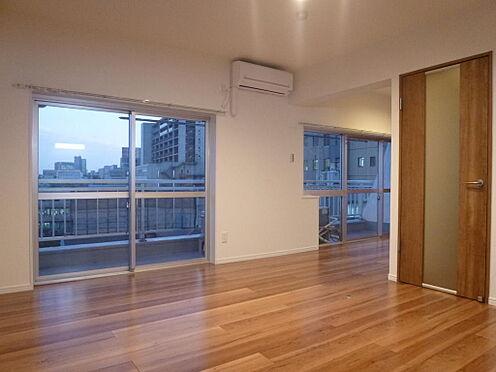 マンション(建物一部)-新宿区左門町 2014年リフォーム竣工写真です。南向きのLDKは13.5帖です。