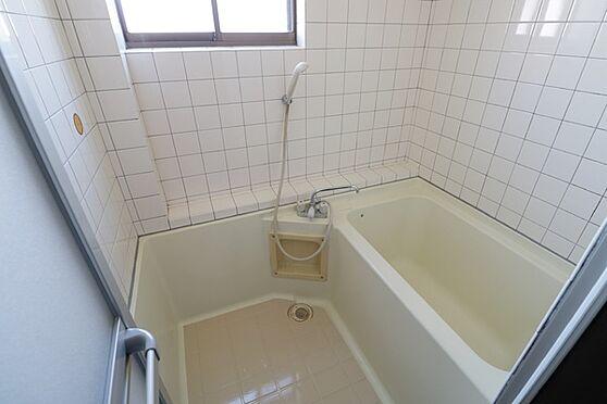 マンション(建物全部)-浜松市中区和合北4丁目 2階部分、バスルーム。バスは窓付きで清潔に保てます。