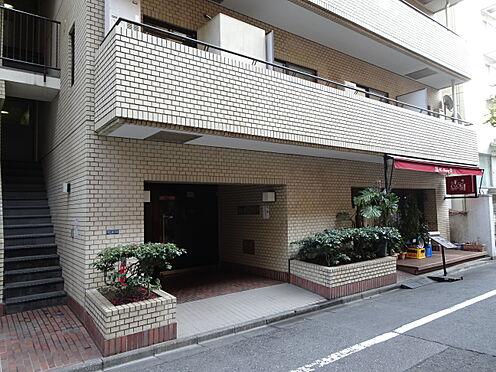 中古マンション-千代田区平河町1丁目 エントランス開閉扉は観音開きを採用しております。