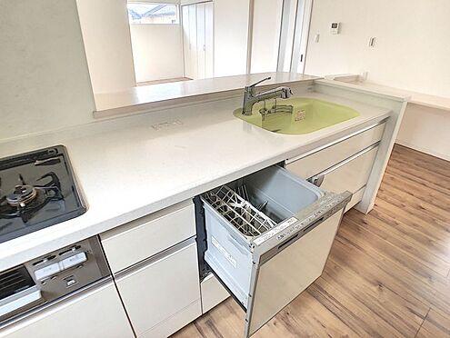 戸建賃貸-安城市桜井町塔見塚 キッチンには食洗機が付いていて、忙しい奥様の手助けをしてくれます。