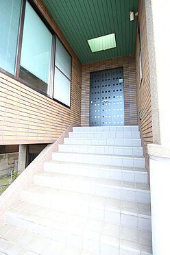 中古一戸建て-橿原市十市町 玄関は駐車スペースから直結しており雨の日も安心です。