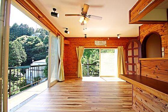 中古一戸建て-熱海市上多賀 リビングダイニングの窓を開けると涼しい風が通り抜け、とても気持ち良いです。
