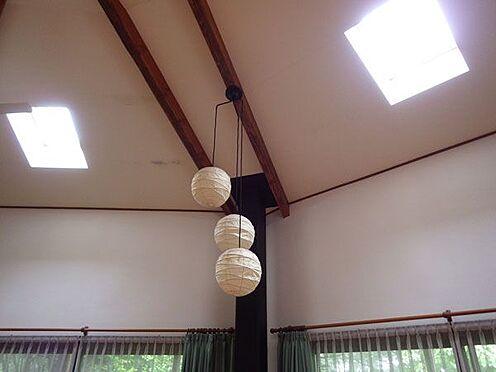 戸建賃貸-北佐久郡軽井沢町大字軽井沢 天井が高く明るいリビングルームです。トップライトが気持ちいいですね。
