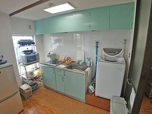 中古マンション-伊東市岡 キッチンはリゾート色らしいグリーン基調です。
