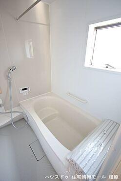 戸建賃貸-磯城郡田原本町大字阪手 1坪サイズのゆったりした浴室で足を伸ばしておくつろぎ下さい。浴室乾燥機付きで雨の日のお洗濯も安心です。(同仕様)