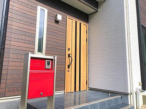 中古一戸建て-福岡市早良区野芥5丁目 青いタイルと赤いポストがアクセントのおしゃれな玄関です。