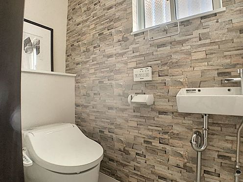 新築一戸建て-名古屋市守山区天子田1丁目 おしゃれな壁のトイレで小窓付きです。