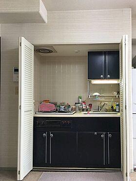 中古マンション-熱海市上多賀 普段は折れ戸の中に隠れているキッチン。ガスはお部屋には引かれていないので電気式の調理器です。