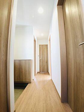 中古一戸建て-安城市東町獅子塚 1階廊下。LDを繋ぐ廊下が広縁のような雰囲気