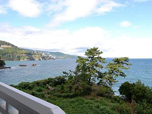 中古マンション-熱海市上多賀 左手側の海の眺望。緑も良いアクセントになります。