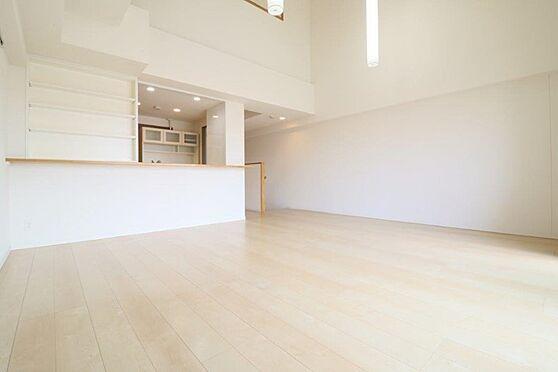 中古マンション-八王子市南大沢5丁目 勾配天井部分の天井高は約5.1あります。床暖房付のリビングダイニング。約13.5帖
