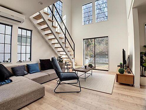 新築一戸建て-名古屋市守山区小幡北 リビングイン階段でご家族が自然と顔を合わせるリビングです。