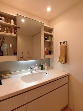 中古マンション-横浜市神奈川区橋本町2丁目 スライドミラーが素敵な洗面化粧台
