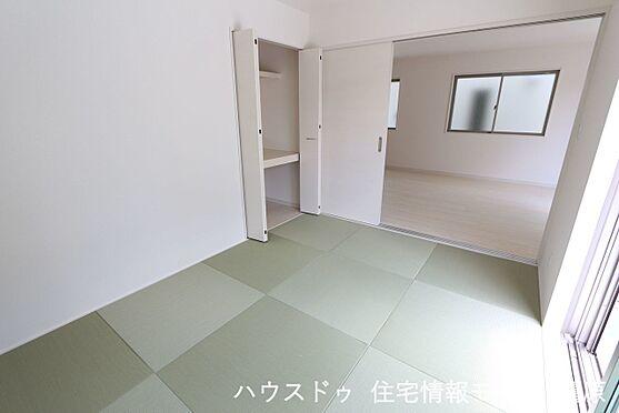 戸建賃貸-磯城郡田原本町大字阪手 リビングに続く和室は大変開放的です。2面採光で明るさも確保しております。(同仕様)