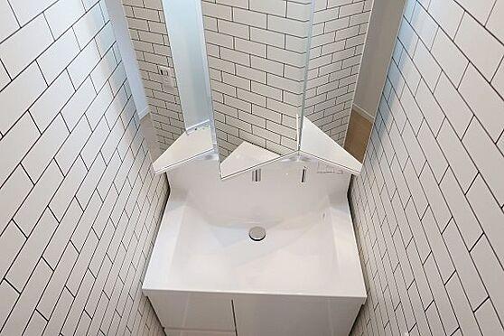 戸建賃貸-多摩市聖ヶ丘3丁目 2階の洗面化粧台、こちらも三面鏡裏収納になっています。
