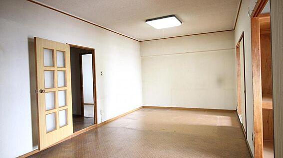 中古マンション-岡崎市矢作町字尊所 リビングはお部屋の中心にあるので、自然と家族の集まります。