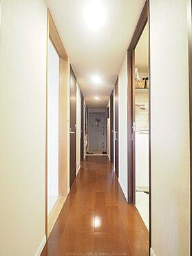 中古マンション-市川市島尻 リビング扉から見た玄関と廊下。洗練された空間です。
