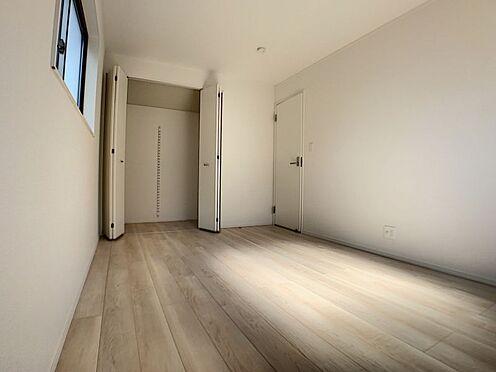 新築一戸建て-名古屋市名東区赤松台 6.7帖の洋室。すべてのお部屋に収納がございます!