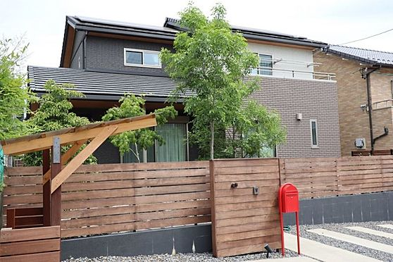 中古一戸建て-日進市岩崎町元井ゲ こだわり抜いたおしゃれな外観デザイン!庭の目隠しになるフェンスはプライバシーが守られます!