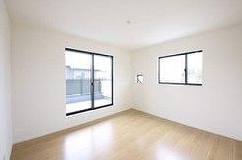 戸建賃貸-西尾市寺津町寺後 光が十分入るように計算された窓。(同仕様)