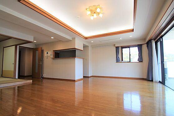 リゾートマンション-熱海市咲見町 リビング(2):採光も十分とれ、家具の配置もしやすくなっています。