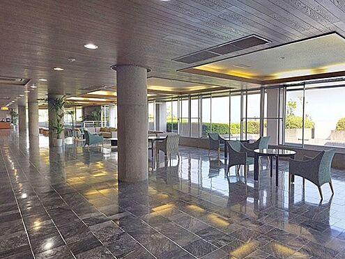 リゾートマンション-熱海市熱海 広々したエントランスロビー。熱海の休日を楽しみに来られたオーナー様をコンシェルジュがお出迎えします。