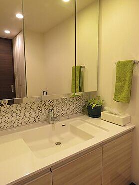 中古マンション-町田市小山ヶ丘4丁目 大型の洗面化粧台は鏡の後ろが収納になっています。