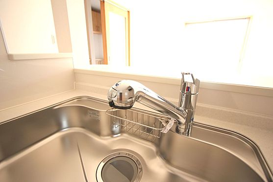 新築一戸建て-大和高田市大字有井 水栓一体型の浄水器を設置。場所を取らずにきれいな水がいつでも利用できます(同仕様)