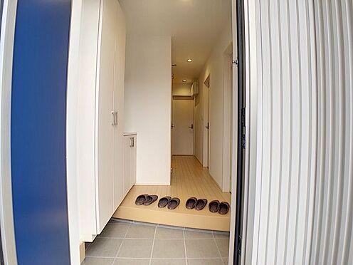 新築一戸建て-刈谷市荒井町1丁目 美しい玄関が家族を優しく迎えます。その先にはゆったりとした廊下が。