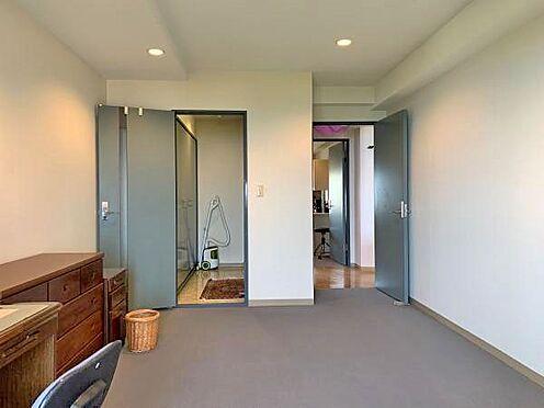 中古マンション-伊東市川奈 〔洋室〕約7.8帖の洋室です。収納もございます。