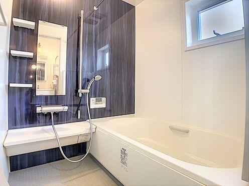 戸建賃貸-西尾市平坂吉山1丁目 バスルーム・トイレの独立設計で快適な毎日。窓から光が差し込む明るい浴室です♪